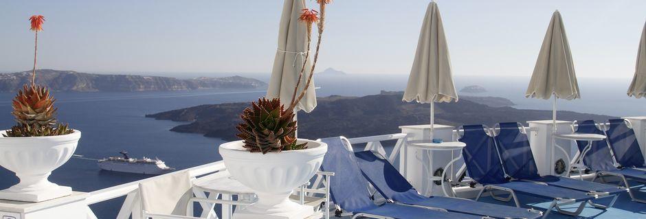 Solterrassen på Hotel Kafieris Blue på Santorini, Grækenland.
