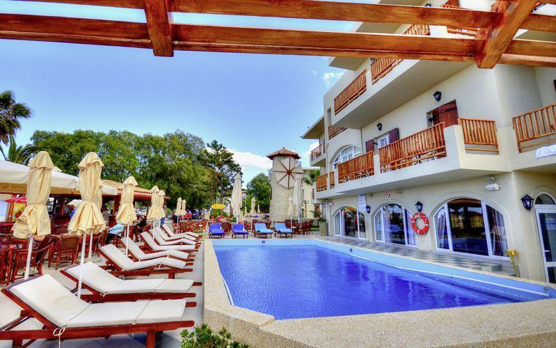 Poolområdet på hotel Kalives Beach Best Western Plus på Kreta, Grækenland