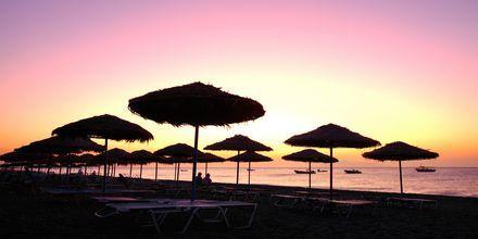 Solnedgangen på stranden i Kamari på Santorini