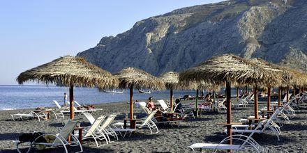 Stranden i Kamari på  Santorini, Grækenland.
