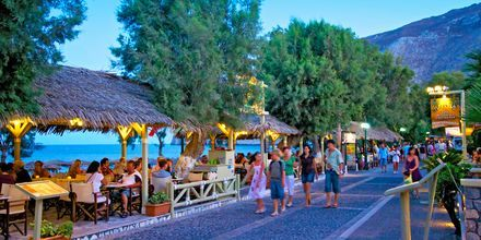 Strandpromenaden i Kamari på Santorini, Grækenland.