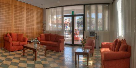 Tv-rum på hotel Kambos Village G D'S Hotels på Kreta, Grækenland.