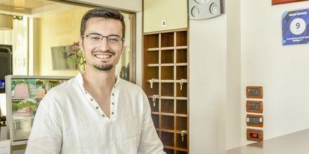 Erjon, en af ejerne på Hotel Kaonia i Saranda, Albanien.