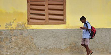 Dreng på vej til skole, Santa Maria, Kap Verde.