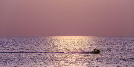 Solnedgang over Karon Beach på Phuket, Thailand.
