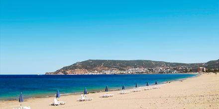 Stranden ved Karpathos by på Karpathos, Grækenland.