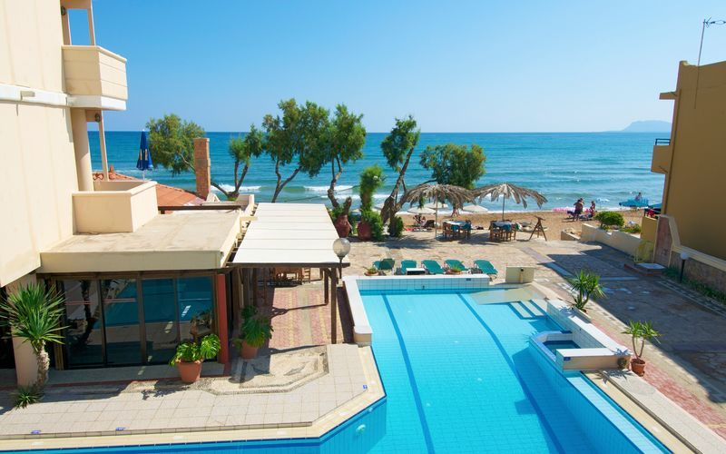Poolen på hotel Kato Stalos Mare på Kreta, Grækenland.