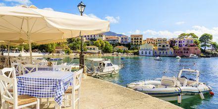 Strandpromenaden i byen Assos med hyggelige taverner og caféer.