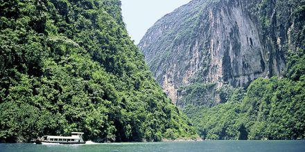 Yangtzefloden i Kina lokker med smuk natur og mægtige bjerge.