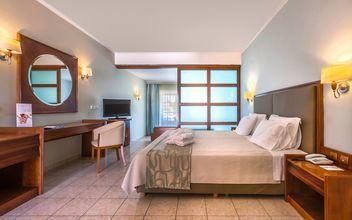 Junior-suite med skydedør på Hotel Kipriotis Maris Suites på Kos, Grækenland.