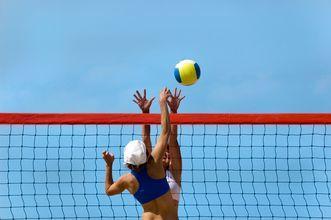 Volleyball på stranden ved Hotel Kipriotis Maris Suites på Kos, Grækenland.