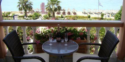 Balkon som vender mod havet på Hotel Korali House i Vrachos, Grækenland.