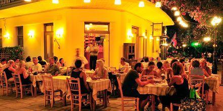 Kos by om aftenen på Kos, Grækenland.
