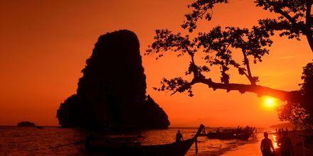 Solnedgang ved Railay Beach i Krabi, Thailand.