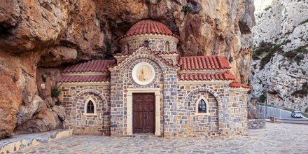 Charmerende kapel i bjerget i Plakias.