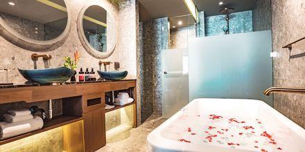 Deluxe-værelse med jacuzzi på Hotel Flora Khao Lak i Khao Lak, Thailand.