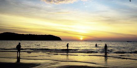Solnedgang på stranden Pantai Tengah, Langkawi, Malaysia.