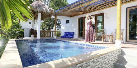Pool bungalow på Hotel Lanta Casa Blanca på Koh Lanta i Thailand.