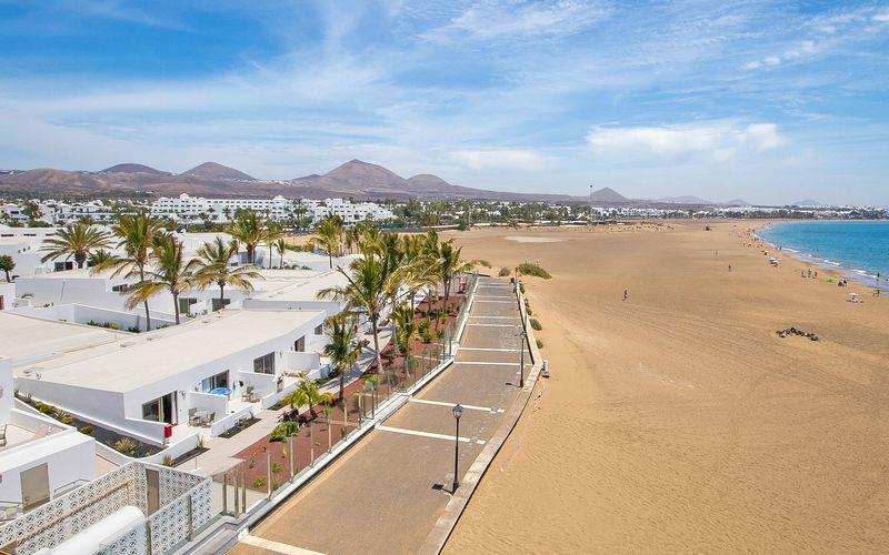 Stranden ved hotel Las Costas i Puerto del Carmen på Lanzarote
