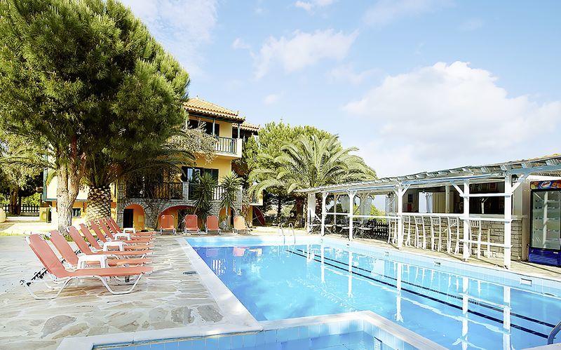 Poolområdet på Hotel Ledra i Votsalakia på Samos, Grækenland.