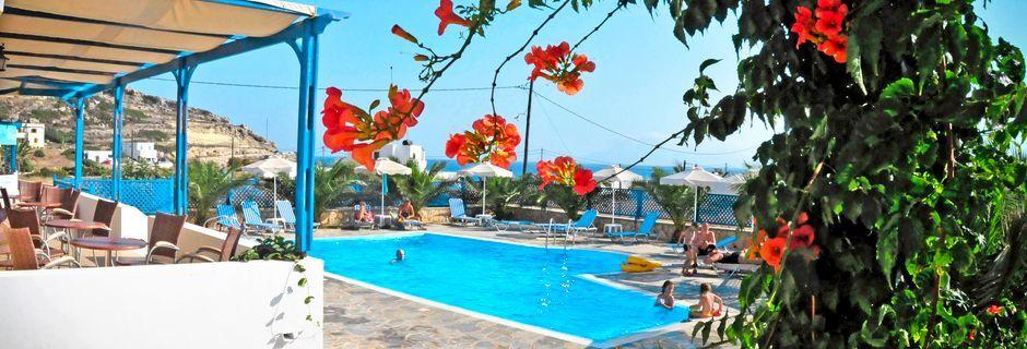 Poolområde på Hotel Lefkos Village på Karpathos, Grækenland.