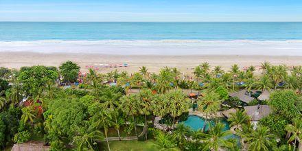 Pool og strand på hotel Legian Beach i Kuta på Bali.