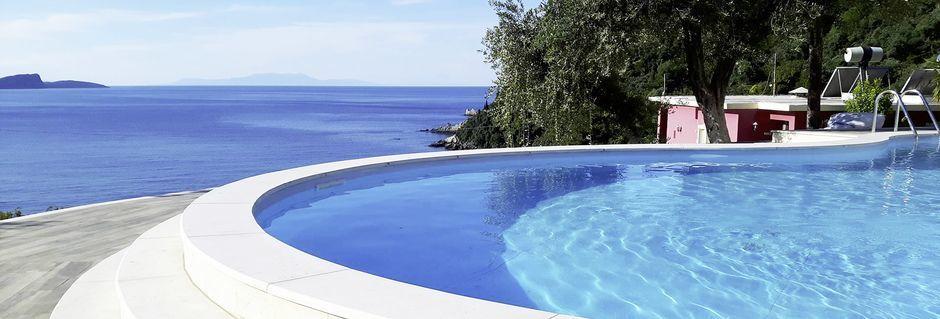 Pool på Hotel Lichnos Bay Village på Parga, Grækenland.