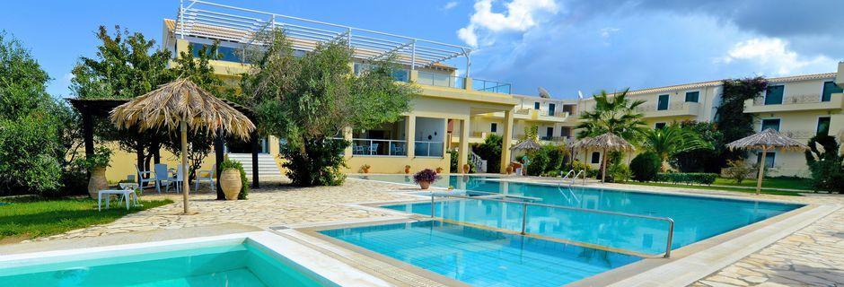 Poolområde på Hotel Likithos Village på Korfu, Grækenland.
