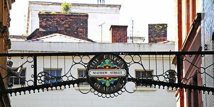 Mathew Street, et hyggeligt område med mange fornøjelser, Liverpool i England.
