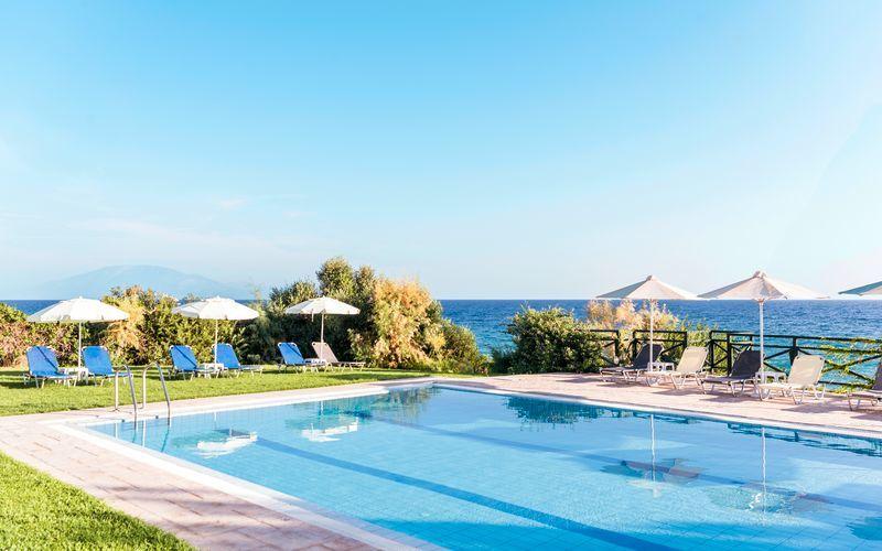 Pool på Hotel Loukas on the Waves i Tragaki, Zakynthos.