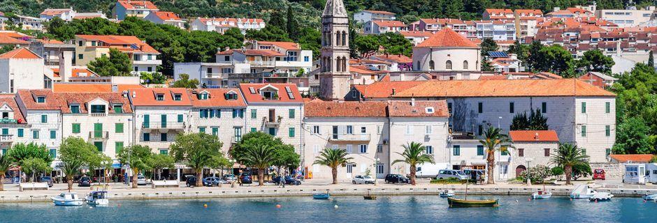 Makarska, en af de mange smukke byer langs den kroatiske kyst.