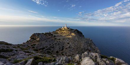 Fyrtårnet på Mallorcas nordlige spids, Cap de Formentor, ved solnedgang.