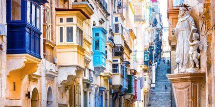 En gade i hovedstaden. De farverige balkoner er typiske for Malta.