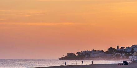 Strand i solnedgang i Marbella, Spanien.
