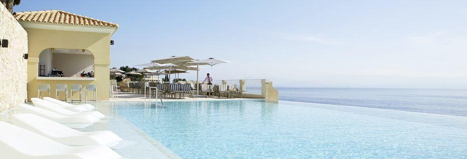 Pool og poolbar Aquavit på MarBella Nido Suite Hotel & Villas på Korfu, Grækenland.