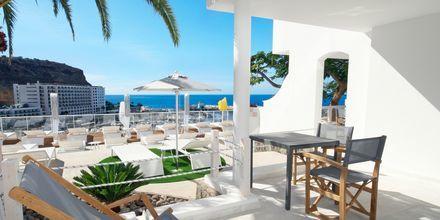 Terrasse til 2-værelses lejlighed superior på hotel Marina Bay View i Puerto Rico på Gran Canaria, De Kanariske Øer, Spanien
