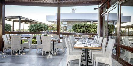 Udendørs terrasse ved buffetrestauranten på Hotel Marina Beach i Gouves, Kreta.
