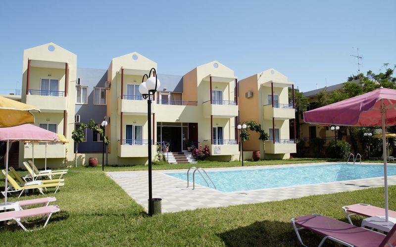 Poolområdet på Hotel Marva i Rethymnon på Kreta.