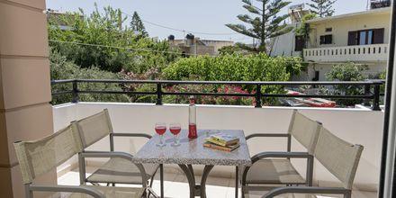 Balkon til 2-værelses lejlighed i ny del på Hotel Mary i Platanias, Kreta.