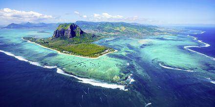 Mauritius fra oven med sit smukke hav og koralrev.