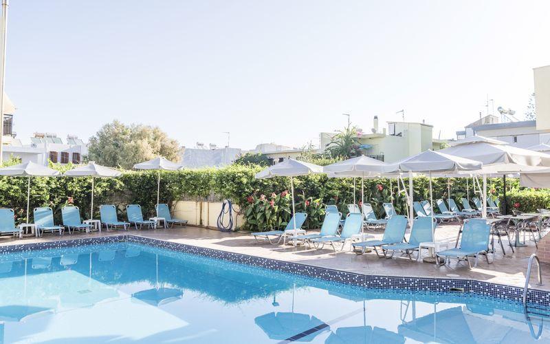 Poolområdet på Hotel Melmar i Rethymnon by på Kreta.