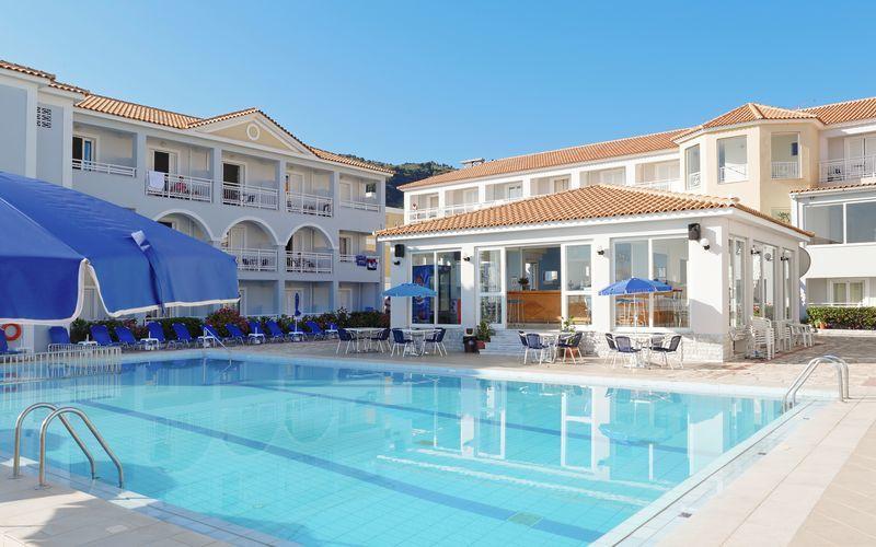 Poolområde på hotel Meridien Beach på Zakynthos, Grækenland.