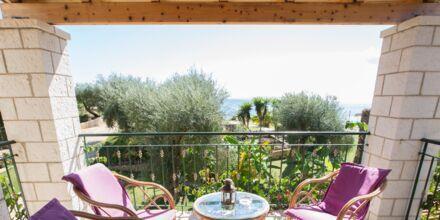 Hyggelig balkon ved lejlighederne på Mikros Paradisos i Sivota, Grækenland