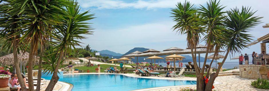 Poolområdet ved Mikros Paradisos i Sivota, Grækenland