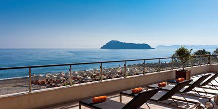 Hotellets solterrasse på Hotel Minoa Palace Resort & Spa på Kreta, Grækenland.