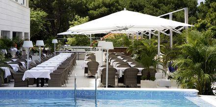 Restauranten og poolen på Hotel Miramare i Makarska, Kroatien.