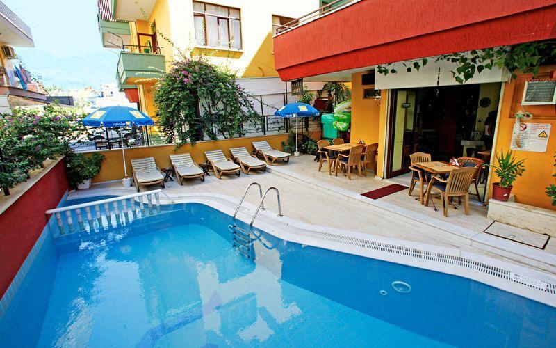 Poolområde på Hotel Musti i Alanya, Tyrkiet.