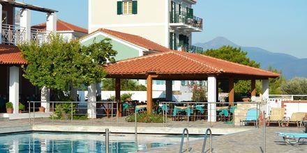 Poolområde på Hotel Mykali på Samos, Grækenland.
