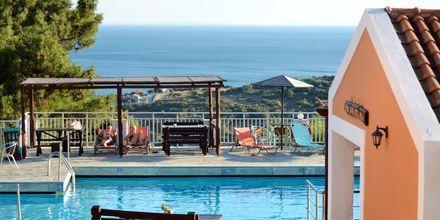 Poolområdet på hotel Mykali i Pythagorion på Samos, Grækenland.
