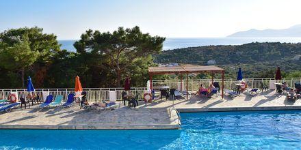 Poolområdet på Hotel Mykali på Samos, Grækenland.